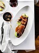 Gefüllter und geschmorter Schweinsfuss mit Kartoffelpüree, Schalotten und Kohlgemüse
