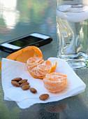 Mandarine und Mandeln als Snack
