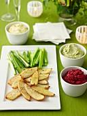 Knusprige Kartoffelschalen mit Rote-Bete-Dip, Cashew-Dip und Pinienkern-Frischkäse-Dip