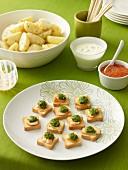 Lachs-Canapees mit Salsa verde, Kartoffeln mit Dillcreme und Lachskaviar