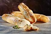 Französische Weizen-Baguettes mit Dip und Oregano