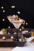 Geschichtete Kaffee-Kokos-Pannacotta mit Orangenschale zu Weihnachten