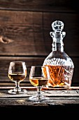 Zwei Gläser Cognac und eine Karaffe