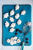 Mini meringues with blackberry cream