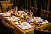 Gedeckter Weihnachtstisch mit eleganter afrikanischer Deko