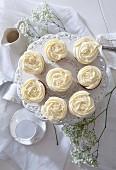 Cupcakes mit Topping aus weisser Creme