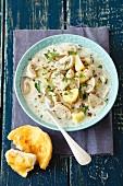 Pilz-Kartoffelsuppe mit Sahne, dazu ein gratiniertes Brötchen mit Cheddar