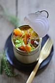 Möhren-Kastanien-Curry mit Kartoffeln in einer Konservendose