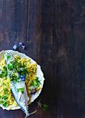 Makrelen mit Chinakohl, Mandelmus und frischen Essblüten (Paleo)