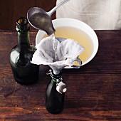 Fencheltrank nach Hildegard von Bingen in Flaschen abfüllen