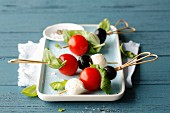 Mozzarella and tomato skewers with black olives (simple glyx)