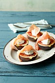 Figs with Parma ham and goat's cream cheese (simply glyx)