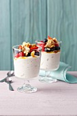 Vanilla yoghurt with berries and crunchy almonds (simple glyx)