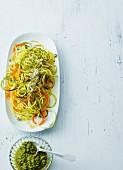 Gemüse-Spaghetti mit veganem Parmesan aus Hanfsamen & Cashewkernen