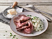Roast beef with a mustard coating and mashed cauliflower (LCHF)