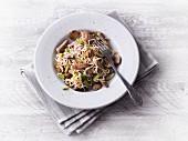 Schweinegeschnetzeltes mit Low Carb Nudeln, Pilzen und Mandeln