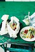 Spargel-Päckchen mit Tomaten und Kräuter-Avocadosauce