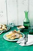 Spargel-Waffeln mit Hähnchenfilet und Paprika-Hollandaise