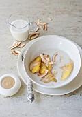 Gebratene Bananen in Kokos-Vanille Suppe mit Nussbutter-Honig-Sauce