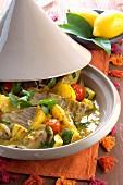 Thunfisch mit Kartoffeln, Zucchini und Tomaten aus der Tajine