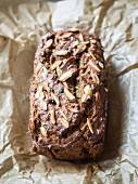 Veganer Lebkuchen-Kürbis-Kuchen mit Mandeln und Cranberries