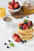 Gestapelte Pancakes mit frischen Beeren (USA)