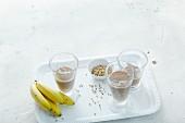 Bananensmoothie mit Mandeldrink, Koriander und Kakao