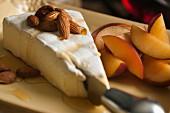 Brie mit Mandeln, Honig und roten Pflaumen