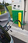 Refuelling hydrogen-powered vehicles