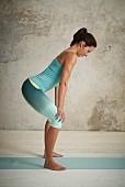 Yogische Darmreinigung, Schritt 1: Beine auseinander, Hände auf den Oberschenkeln abgestützt (Detox-Yoga)