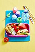 Pausenbox mit Aprikosen-Müsliriegel und Sandwich