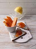 Proteinbrot mit Konfitüre und frische Papaya