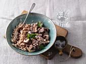 Spätzle mit Champignons und Haselnüssen