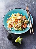 Gebratene Asianudeln mit Gemüse, Garnelen und Omelettröllchen (Asien)