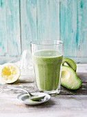 A green smoothie with spinach, kiwi, apple and avocado