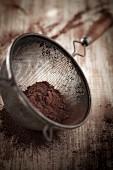 Kakaopulver im Sieb