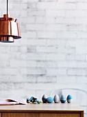 Blau gefärbte Ostereier auf Holztisch