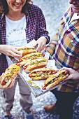 Hot Dogs mit Essiggurken und Senf