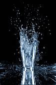 Wasserglas mit Splash