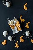 Osterhäschen-Käsecracker und ausgeblasene Eier