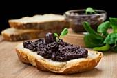 Olivenpastete auf einer Scheibe Brot