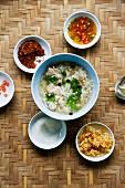 Khao Thom Muh (Reissuppe mit Hackbällchen und Würz-Zutaten, Thailand)