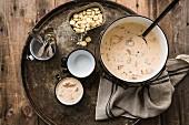 Lachssuppe auf rundem Metalltablett