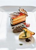 Ratatouille-Törtchen mit Pumpernickel, Paprikamousse, Auberginenchip, Zucchini- und Tomatenscheiben