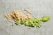 Haufen von Maca-Pulver und Gerstengraspulver (Draufsicht)
