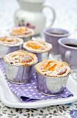 Muffin mit Pfirsich und Puderzucker