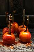 Kandierte Äpfel mit Karamellüberzug auf Marmorplatte