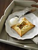 Aprikosentasche mit Pistazien und Vanilleeis
