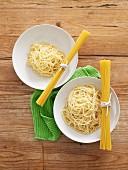 Spaghetti gekocht und ungekocht