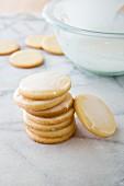 Plätzchen mit Zitronenglasur, gestapelt